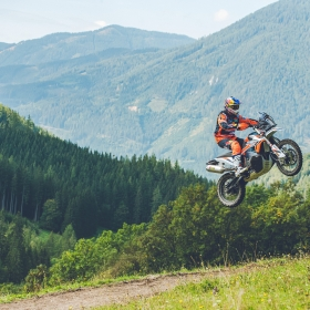 360998_MY21-KTM-890-ADVENTURE-R-RALLY_-Action_-Toby-Price