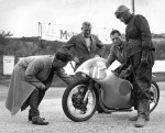 1960-Junior-TT-L-R-Vic-Willoughby,-Chris-Leon---Sales-Dir-Wico-Pacy---Doug-Hele-on-bike-_-Bill-Smith---Sales-Mgr-Norton